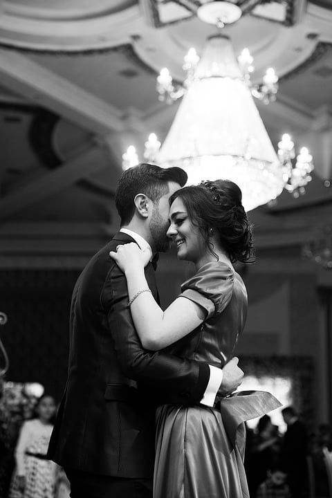 how to dance at a wedding - bride and groom